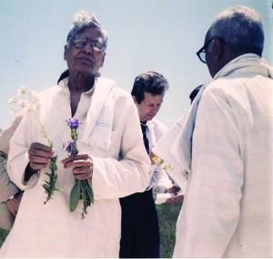 Le Dr. Balaraj Maharishi, plantes à la main