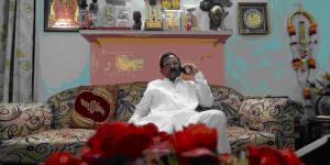 Le ministre du Yoga à son domicile