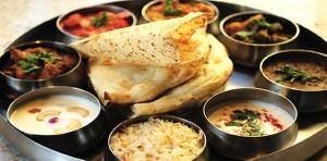 La thali végétarien comporte souvent un peu de crudités