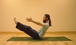 La posture Navasana stimule la digestion