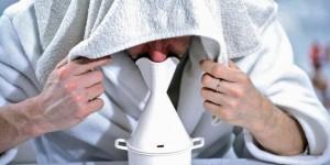 L'inhalation précède le traitement Nasya