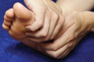 Se masser les pieds et la tête