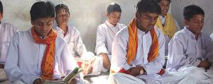 Jeunes Pandits apprenant la récitation des sons védiques